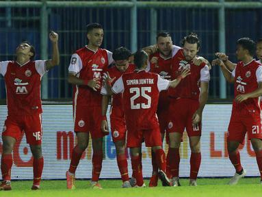 Para pemain Persija Jakarta merayakan gol yang dicetak oleh Marc Klok ke gawang Bhayangkara Solo FC pada laga Piala Menpora 2021 di Stadion Kanjuruhan, Malang, Rabu (31/3/2021). Persija menang 2-1. (Bola.com/M Iqbal Ichsan)