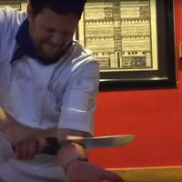 Teriakan para pengunjung restoran tersebut pecah ketika tangan Andy Gross terpotong pisau besar.