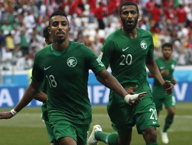 Gelandang Arab Saudi, Sale Al-Dawsari, merayakan gol ke gawang Mesir pada laga grup A Piala Dunia di Volgograd Arena, Volgograd, Senin (25/6/2018). Arab Saudi menang 2-1 atas Mesir. (AP/Darko Vojinovic)