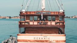 Kapal pinisi, The Maj Oceanic saat berlayar. Kapal pinisi ini terbagi dalam empat bagian, yakni golf deck, bridge deck, main deck berisi commodore suite dan area lounge and bar, serta lower deck yang memuat deluxe staterooms.  (dok. The Maj Oceanic)