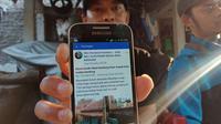 Eko Purnomo menunjukkan unggahan jual beli rumah di media sosial