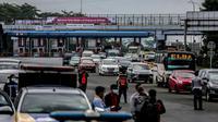Petugas menjaga ketat  kendaraan di kota Bogor yang menerapkan ganjil genap. (Liputan6.com/Achmad Sudarno)