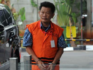 Kepala Satuan Kerja Balai Wilayah Sungai Sumatra (BWSS) VII Bengkulu Kementerian PUPR Edi Junaidi berjalan akan menjalani pemeriksaan lanjutan di Gedung KPK, Jakarta, Kamis (17/10/2019). Edi diperiksa sebagai tersangka penyuap eks Kasi Intel Kejati Bengkulu, Parlin Purba. (merdeka.com/Dwi Narwoko)