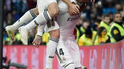 Kapten Real Madrid, Sergio Ramos bersama rekan setimnya merayakan gol ke gawang Leganes pada laga leg pertama babak 16 besar Copa del Rey di Santiago Bernabeu, Rabu (9/1). Real Madrid sukses mengandaskan Leganes dengan skor 3-0. (AP/Manu Fernandez)