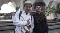 Satria dan Alvian, dua warga Indonesia yang datang ke Bangkok untuk mendukung Timnas Indonesia sekaligus berlibur. (Bola.com/Benediktus Gerendo Pradigdo)