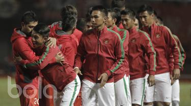 Pemain timnas Indonesia U22 dan Persija Jakarta saling bersalaman jelang kickoff, Jumat (7/4/2017) (Bola.com/M Iqbal Ichsan).