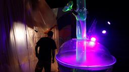 Seorang pria melihat gelas bong setinggi 24 kaki di Cannabition Cannabis Museum, Las Vegas, AS, Selasa (18/9). Museum ini menampilkan gelas bong yang lebih tinggi dari jerapah dan umbi ganja imitasi. (AP Photo/John Locher)