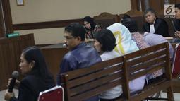 Terdakwa dugaan suap kerja sama pengangkutan pupuk, Asty Winasti (ketiga kiri) menyimak keterangan bawahan Bowo Sidik Pangarso di PT Inesia, Indung saat bersaksi pada sidang lanjutan di Pengadilan Tipikor, Jakarta, Rabu (10/7/2019). (Liputan6.com/Helmi Fithriansyah)