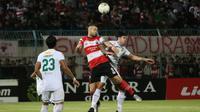 Para pemain bertahan Persebaya menutup pergerakan penyerang Madura United, Aleksandar Rakic. (Bola.com/Aditya Wany)