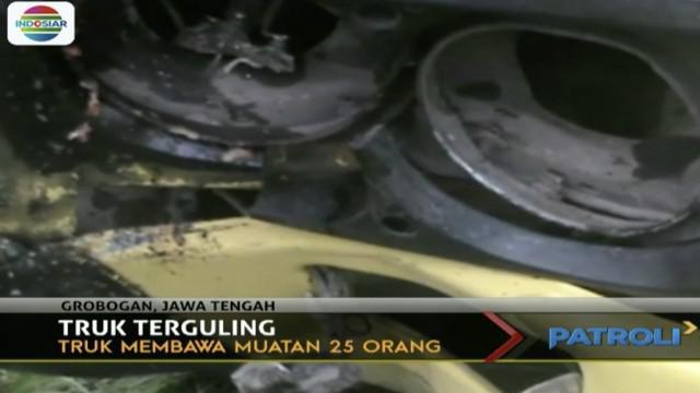 Truk bermuatan 25 orang yang hendak jenguk tetangga di rumah sakit terguling, tiga penumpang tewas dan sembilan lainnya luka-luka.