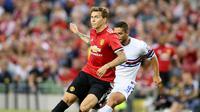 Aksi bek Manchester United (MU), Victor Lindelof pada laga pramusim 2017/2018. (Paul FAITH / AFP )