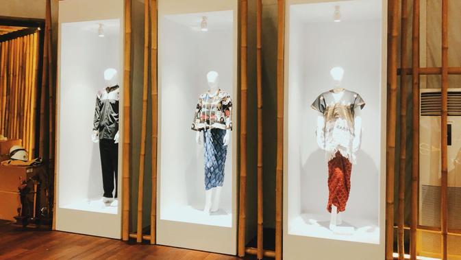 Manekin memakai baju rancangan khas lokal di Indonesia Pavilion. Dok: Istimewa