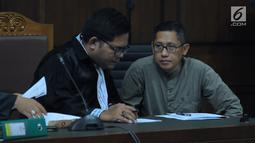 Anas Urbaningrum (kanan) saat mengikuti sidang lanjutan pengajuan PK kasus korupsi dan pencucian uang proyek P3SON Hambalang di Pengadilan Tipikor, Jakarta, Jumat (8/6). Sidang mendengar keterangan saksi. (Liputan6.com/Helmi Fithriansyah)