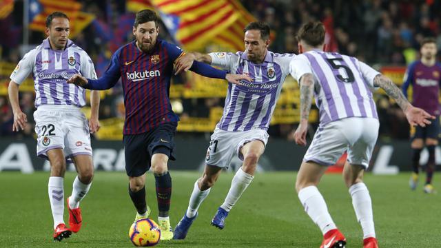 Gelandang Barcelona, Lionel Messi, berusaha melewati kepungan pemain Valladolid. (AFP/Pau Barrena)