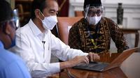 Presiden Jokowi melaporkan SPT Tahunan melalui aplikasi daring e-filling, di Istana Merdeka, Jakarta, Rabu (03/03/2021). (Foto: Biro Pers Setpres/Lukas)