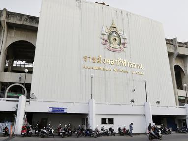 Suasana tampak luar dari Stadion Rajamangala, Bangkok, Jumat (16/11). Stadion dengan kapasitas 49.722 kursi itu akan menggelar laga Piala AFF 2018 antara Thailand melawan Timnas Indonesia. (Bola.com/M. Iqbal Ichsan)
