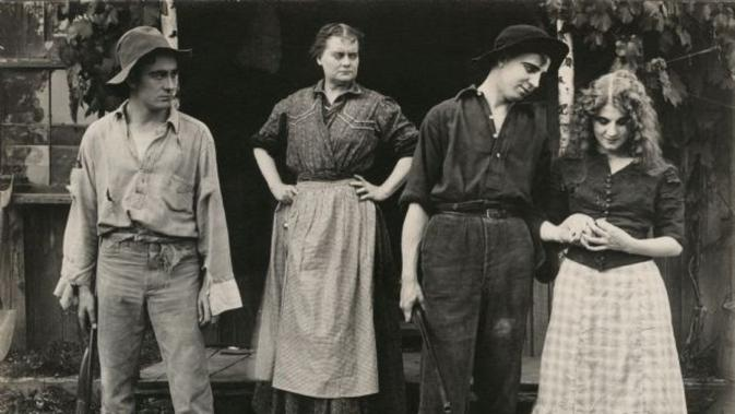 Penampilan Florence Lawrence (paling kanan) dalam film After All yang rilis pada 1912. (Wisconsin Center for Film and Theater Research/Public Domain)