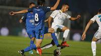Gelandang Real Madrid, Lucas Vazquez, menghindari kepungan pemain Fuenlabrada pada laga Copa del Rey di Stadion Fernando Torres, Madrid, Kamis (26/10/2017). Fuenlabrada kalah 0-2 dari Madrid. (AP/Francisco Seco)