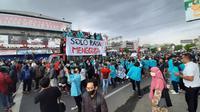 Dalam orasinya, mereka menolak pengesahan Undang-Undang Omnibus Law yang dilakukan DPR RI. Mereka meminta untuk pembatalan pengesahan UU tersebut. (Liputan6.com/Fajar Abrori)