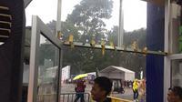 Hujan mengguyur kawasan GBK jelang acara penutupan Asian Games 2018 (Liputan6.com/ Muhammad Radityo Priyasmoro)