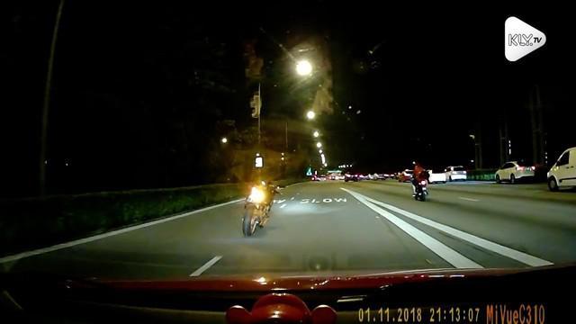 Pengemudi mobil dikejutkan dengan adanya motor tanpa pengendara melaju di jalan raya.