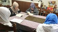 Huda mengajar khusus anak-anak warga Indonesia di rumah setiap Minggu jam 14.00 sampai 16.00. (VOA)