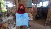 Pemberian bantuan program Bantu Pemulung dan Petugas Persampahan Aman dari Covid-19. (dok. Coca-Cola Indonesia)