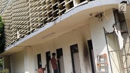 Kondisi salah satu bagian gedung Bawaslu yang sempat terbakar saat terjadi kericuhan massa aksi di perempatan Jalan MH Thamrin, Jakarta, Kamis (23/5/2019). Sebelumnya, aksi unjuk rasa yang dilakukan massa pada Rabu (23/5) berakhir ricuh. (Liputan6.com/Helmi Fithriansyah)
