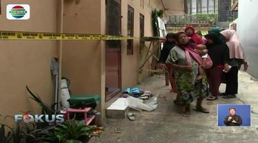 Warga yang didominasi ibu-ibu memadati TKP pembunuhan satu keluarga di Bekasi. Demi keamanan dan kelancaran, polisi akhirnya memindahkan tempat pra rekonstruksi.