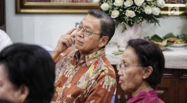 Wakil Presiden ke-11 Boediono menghadiri acara sepuluh tahun mengenang kepergian ekonom Indonesia, Dr. Sjahrir di kawasan Menteng, Jakarta, Sabtu (28/7). Dr. Sjahrir dikenal sebagai seorang aktivis, ekonom hingga akademisi. (Liputan6.com/Faizal Fanani)