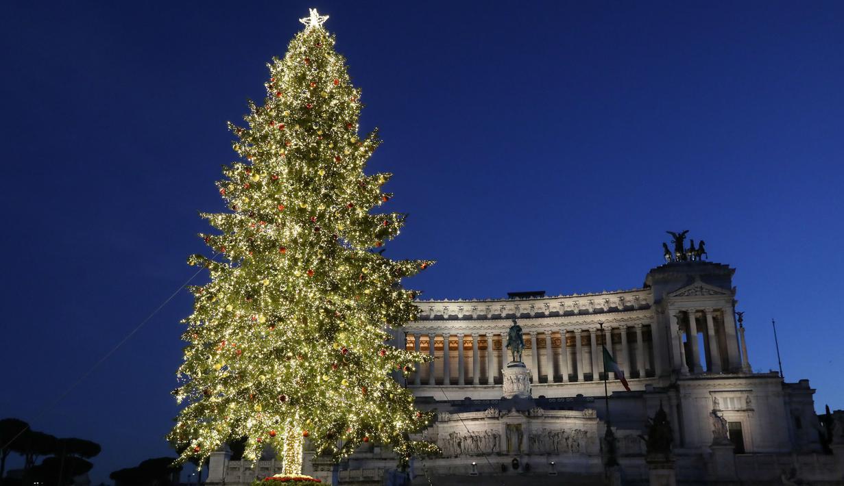 Sebuah pohon Natal di Piazza Venezia di Roma, Italia (14/12/2020). Berbagai pernak-pernik dan aksesoris menghiasi kota Roma menyambut Natal. (Xinhua/Cheng Tingting)