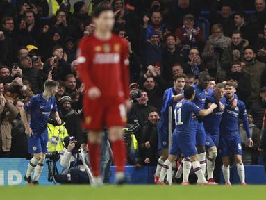 Para pemain Chelsea merayakan gol yang dicetak oleh Ross Barkley ke gawang Liverpool pada laga Piala FA di Stadion Stamford Bridge, Selasa (3/3/2020). Chelsea menang 2-0 atas Liverpool.(AP/Ian Walton)