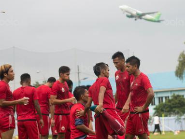 Para pemain Persija Jakarta melepas dahaga saat latihan di Lapangan Sutasoma, Jakarta, Rabu (31/1/2018). Latihan ini merupakan persiapan jelang babak delapan besar Piala Presiden. (Bola.com/Asprilla Dwi Adha)