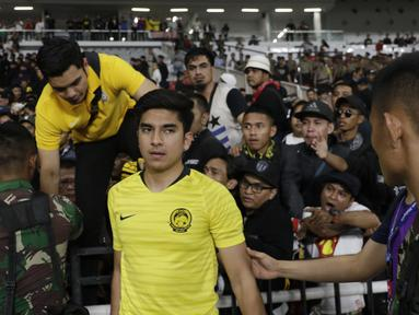 Menpora Malaysia, Syed Saddiq Syed Abdul Rahman, harus dievakuasi akibat kerusuhan saat sedang menonton laga Kualifikasi Piala Dunia 2022 melawan Timnas Indonesia. (Bola.com/Vitalis Yogi Trisna)