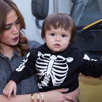 Jessika Iskandar membawa buah hati ke tempat kerjanya. El Barack Alexander anak semata wayangnya sangat senang dengan mainan truk. (Dezmond Manullang/Bintang.com)