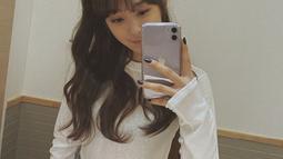 Gaya kasual seakan sudah menjadi andalan Dita Karang dalam berpenampilan. Wanita 23 tahun ini terlihat pandai mix and match pakaian. Kali ini ia tampil simpel dengan kaus panjang berwarna putih yang dipadukan dengan celana jeans. (Liputan6.com/IG/@ditakarang)