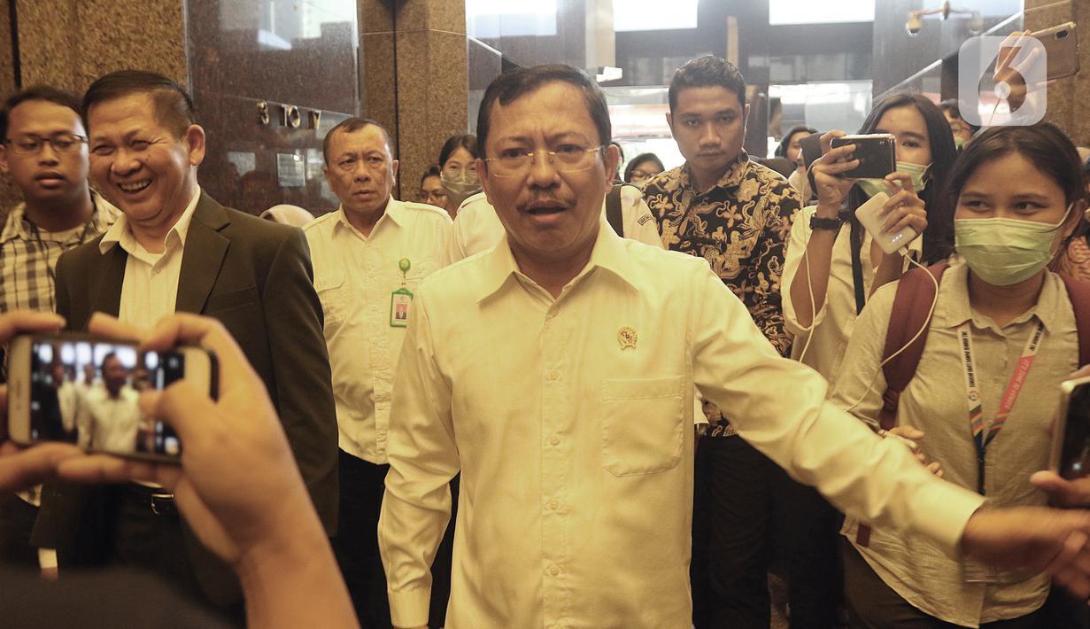 Menteri Kesehatan Terawan Agus Putranto mendatangi kantor Huawei di Wisma BRI 2, Jakarta, Kamis (23/1/2020). Menkes Terawan menegaskan tidak ada virus corona seperti info yang beredar sebelumnya. (Liputan6.com/Herman Zakharia)