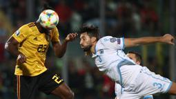 Striker Belgia, Michy Batshuayi, duel udara dengan bek San Marino, Mirko Palazzi, pada laga Kualifikasi Piala Dunia 2022 di Olympic Stadium, Serravalle, Jumat (6/9). San Marino kalah 0-4 dari Belgia. (AFP/Isabella Bonotto)