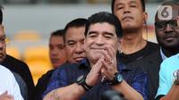 Legenda sepak bola Argentina Diego Maradona menyapa penggemarnya saat datang ke Stadion Gelora Bung Karno (GBK), Senayan, Jakarta, Sabtu (29/6/2013). Diego Maradona meninggal dunia pada usia 60 tahun. (Liputan6.com/Helmi Fithriansyah)