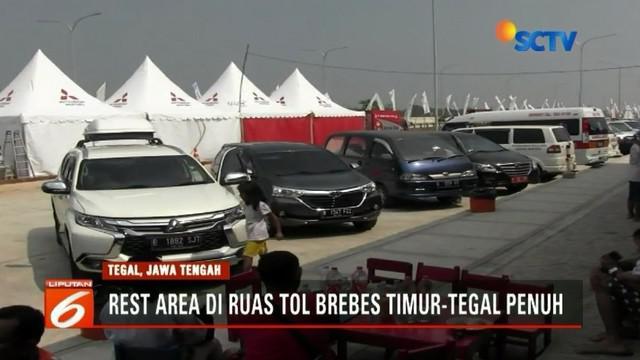 Seluruh rest area di ruas Tol Brebes Timur - Tegal, Jawa Tengah, Senin (11/6) dipadati kendaraan pemudik. Selain beristirahat, pemudik memanfaatkan tempat tersebut untuk mengisi bahan bakar kendaraan.
