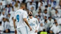 Penyerang Real Madrid, Isco bereaksi setelah pemain Leganes mencetak gol pada leg kedua perempatfinal Copa del Rey di Santiago Bernabeu, Kamis (25/1). Real Madrid tersisih oleh Leganes pada perempat final dengan skor 1-2. (AP/Francisco Seco)