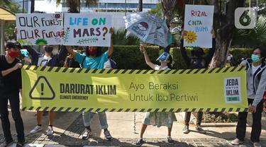 Para peserta aksi Asia Climate Rally menggelar unjuk rasa depan Balai Kota DKI Jakarta, Jumat (27/11/2020). Mereka meminta pemerintah melakukan tindakan nyata dalam penyelamatan iklim, salah satunya dengan berhenti mendanai industri bahan bakar fosil yang mematikan. (Liputan6.com/Hermann Zakharia)