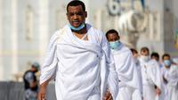 Sejumlah jemaah saling jaga jarak saat melakukan tawaf mengelilingi Ka'bah di dalam Masjidil Haram saat melakukan rangkaian ibadah haji di Kota Suci Mekkah, Arab Saudi, Rabu (29/7/2020).  Karena pandemi COVID-19, pemerintah Saudi hanya membolehkan sekitar 10.000 orang. (Saudi Media Ministry via AP)