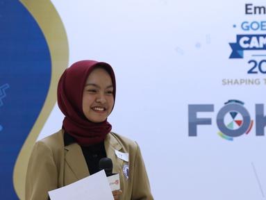 Peserta audisi lomba news presenter Emtek Goes to Campus 2018 menyimak arahan tim juri di Gedung 4 Universitas Padjajdaran, Bandung, Selasa (4/12). EGTC Bandung 2018 berlangsung hingga 6 Desember dan diisi beragam materi. (Liputan6.com/Helmi Fithriansyah)