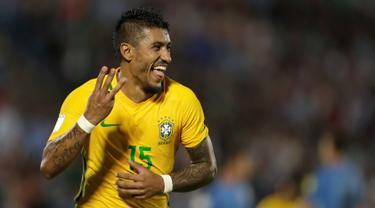Gelandang Brasil, Paulinho mencetak Hattrick saat melawan Uruguay dalam laga kualifikasi Piala Dunia 2018 zona Amerika Selatan di Stadion Centenario, Kamis (23/3). Tiga dari empat gol Brasil dicetak Paulinho dan sisanya Neymar (AP Photo/Natacha Pisarenko)