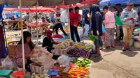 Aktifitas di Pasar Tradisional Lemabang Palembang masih ramai, meskipun isu penyebaran VIrus Corona meningkat (Liputan6.com / Nefri Inge)