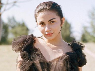 Aktris Ariel tatu dikenal sebagai sosok artis yang punya wajah cantik serta tubuh yang ideal. Maka dari itu, tak heran jika ia selalu cocok dengan berbagai outfit. (Liputan6.com/IG/@arieltatum)