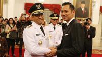 Agus Harimurti Yudhoyono  memberi ucapan selamat kepada Anies Baswedan usai pelantikan Gubernur dan Wakil Gubernur DKI untuk periode 2017-2022 di Istana Negara, Jakarta, Senin (16/10). (Liputan6.com/Angga Yuniar)