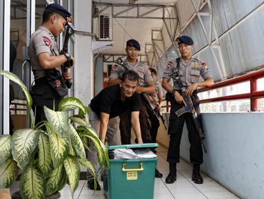 Box berisi dokumen atas nama Iwan Ridwasyah dikeluarkan dari gedung kolam renang Pertamina, Jakarta, Senin (1/9/2015). Pertamina Foundation digeledah terkait dugaan penyalahgunaan anggaran program tahun 2013 hingga 2014. (Liputan6.com/Yoppy Renato)