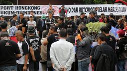 Massa Serikat Pekerja JICT dan FPPI berunjuk rasa di depan Gedung KPK, Jakarta, Selasa (18/12). Perpanjangan kontrak JICT kepada investor Hong Kong Hutchison Port diduga merugikan negara sekitar Rp 14,68 T. (Merdeka.com/Dwi Narwoko)